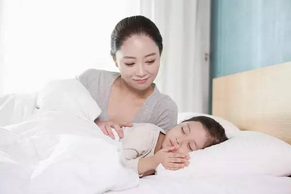 媽媽課堂:孩子獨睡,和由大人陪睡,哪個更有利於寶寶成長?