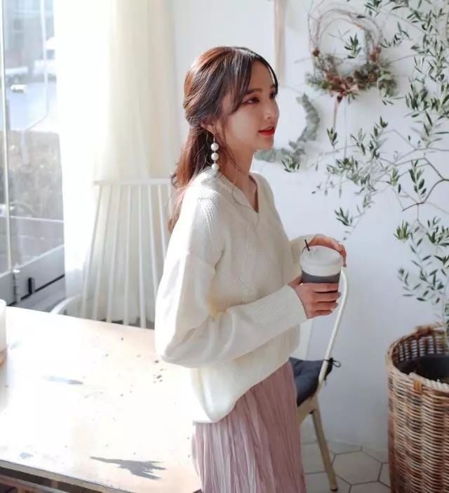 原标题:衣服搭配发型才是你完整的STYLE啊!!  韩国的室内和室外温差不是一般的大 欧尼今天臭美穿了中袖的 外面罩了大棉袄  女生爱美起来真的再冷也不怕了  最近出了很多衣服搭配的文章 也出了发型类的文章 但是还是有很多朋友说 想看衣服和发型结合的内容 那今天欧尼就来跟大家说说  毛衣和发型应该如何搭配才好看 冬天这么冷,就像穿厚一点,针织毛衣就是非常好的选择啦,欧尼以前也写过好几篇毛衣搭配的文章。其实要让毛衣穿起来好看,发型也占了很大一部分,头发放下来不清爽,最好还是利用一点发型改变的小技巧