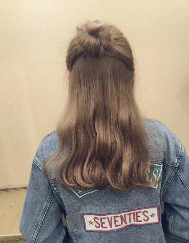长发的基本款是发尾发卷,但这款造型在整体基础上将发梢做了个波浪图片