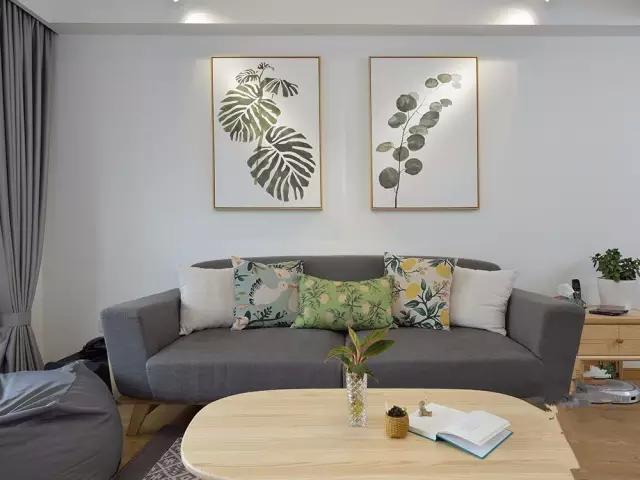 木架的布艺沙发和原木色椭圆形茶几搭配,呈现出浓郁的自然原木和