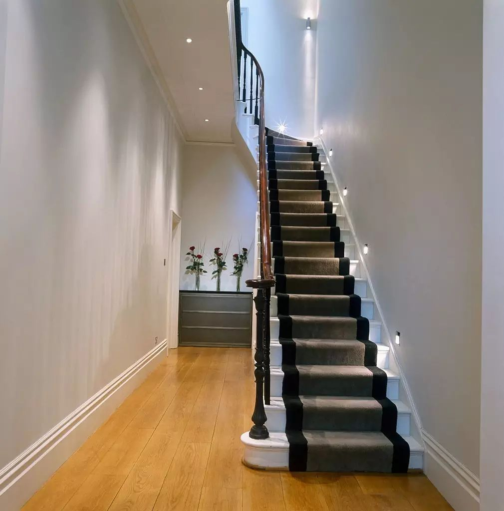 在小的复式房里面这样的楼梯造型, 浪漫又不占空间. 工业感十足.
