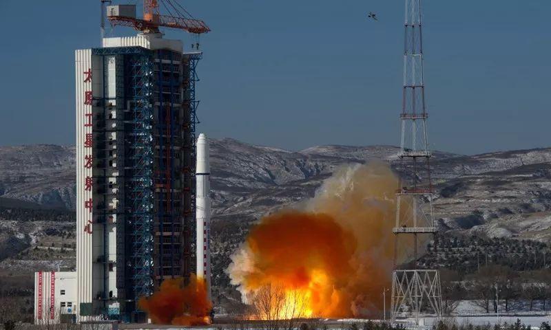 一枚中继卫星,搭建测控通信,数据传输链路,来确保与嫦娥四号通信畅通.