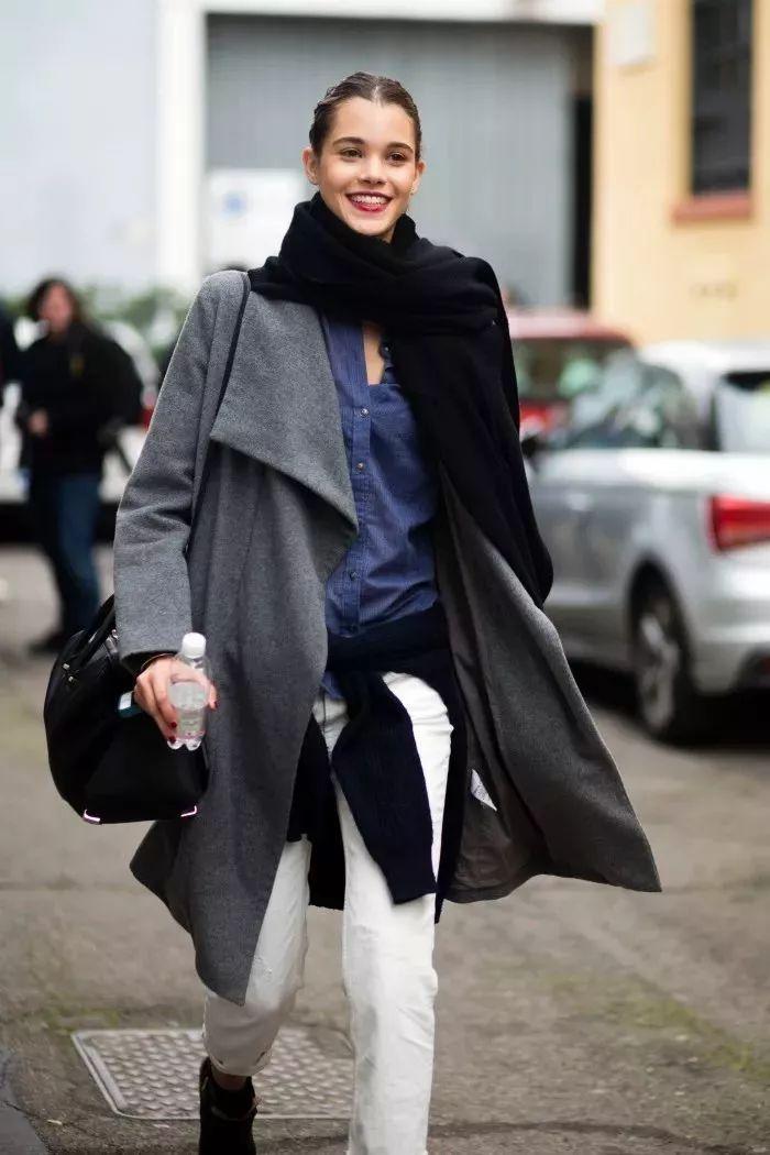 侧搭法   围巾侧搭的系法与长款外套是天作之合.