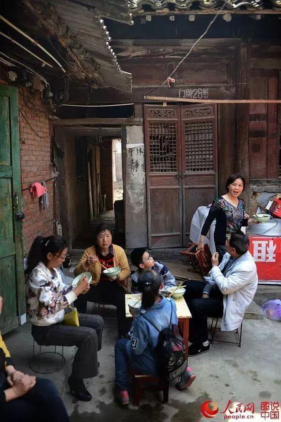 洋县老街记忆:青石板上的童年