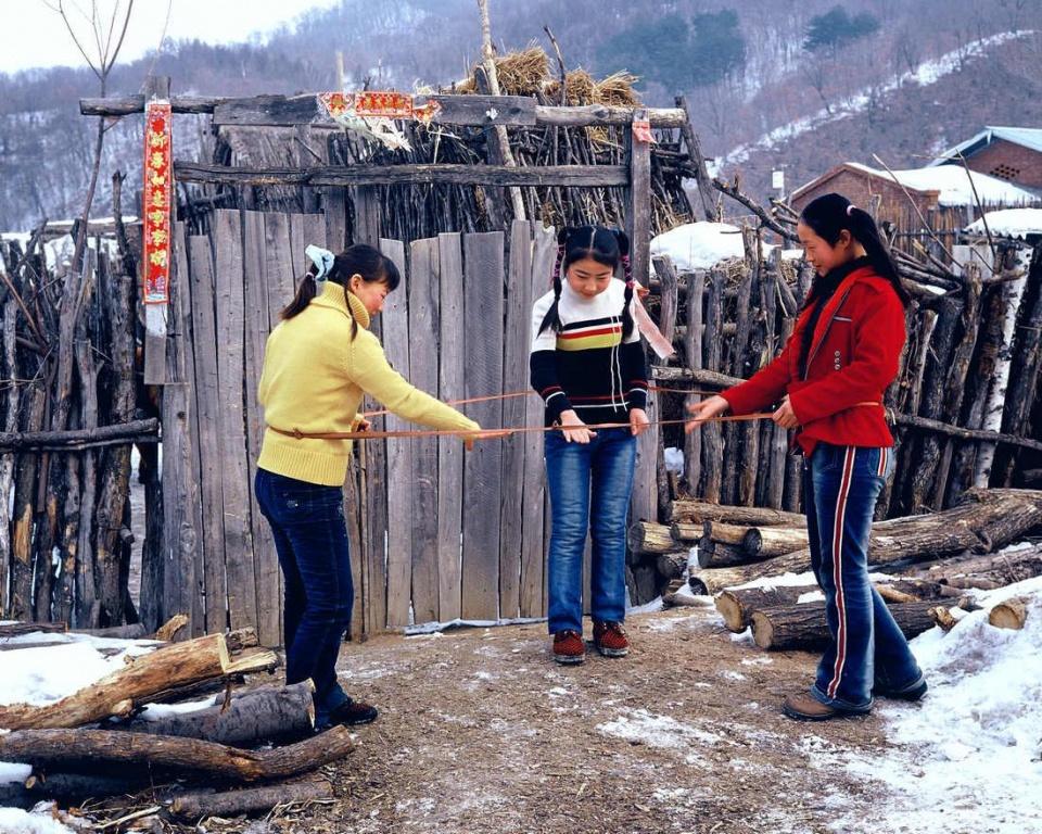 1980年代,东北农村,跳皮筋.图片