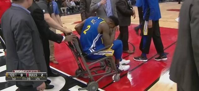 又伤一球员!这次轮到勇士了!刚首发就被轮椅推出场