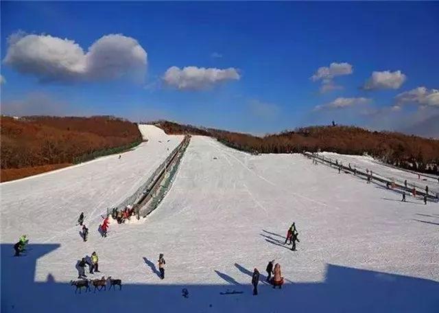 林海滑雪场是大连市老牌滑雪场,拥有完善的滑雪项目设施及餐饮娱乐