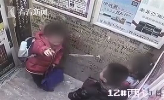 """小男孩亲小女孩_小学生在电梯狂吻小女孩!这到底是""""撒狗粮""""还是""""耍流氓""""??"""
