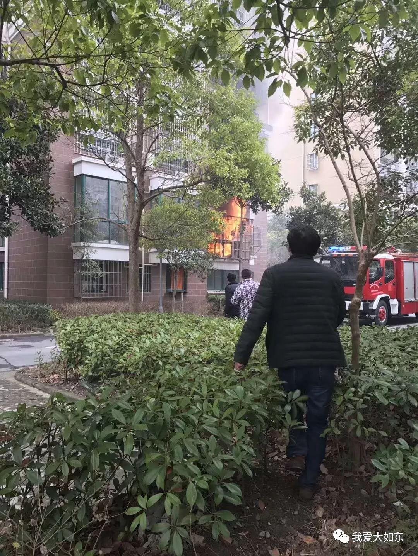 【突发】今天上午,如东掘港中坤苑小区,一住户家中突然燃起大火,损失