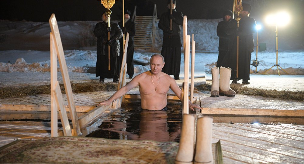 俄罗斯官方首公布普京冰窟中洗礼照 克里姆林宫:总统才不需要身体健康图片