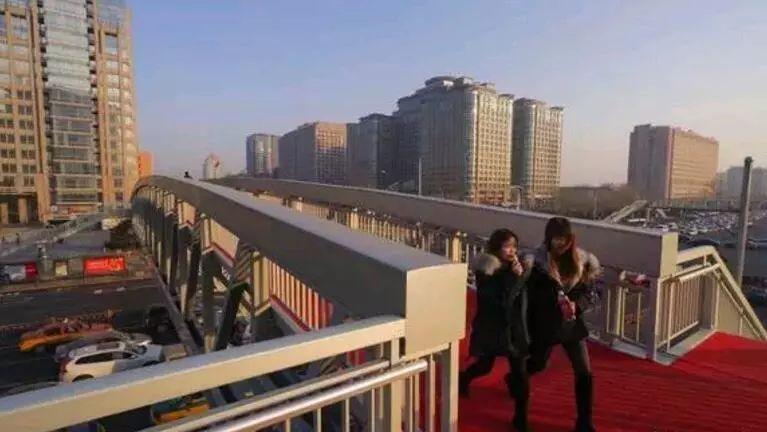 中国最长跨度铝合金天桥:北京东单北天桥开通