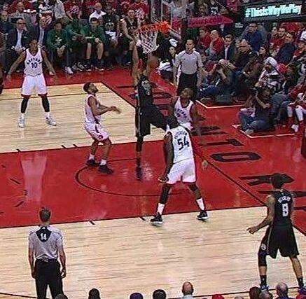 """2米11字母哥站着扣篮?盘点NBA5大站着能扣篮的""""怪物"""""""
