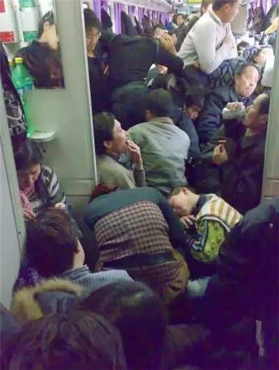 春运火车上各种奇葩睡姿!有哪一款是你?