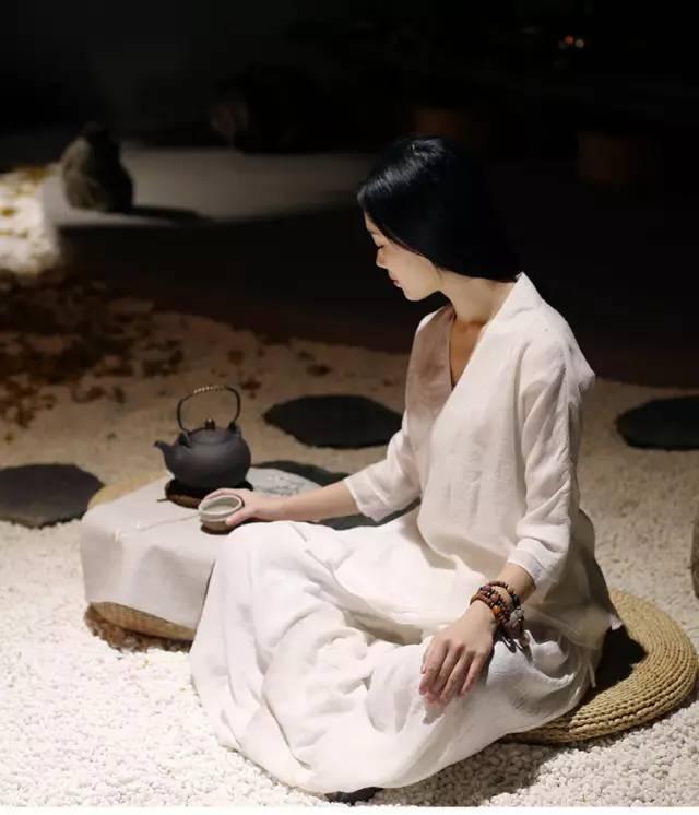 女人品茶纤纤玉手,红唇缓缓地啜着缕缕的醇香.