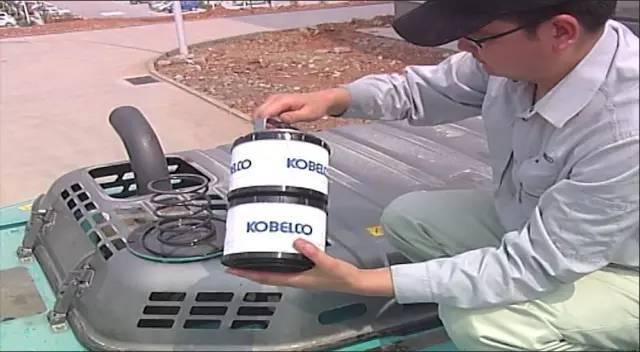 释放液压油箱内压力,按住排气阀直到没有气体排出.图片