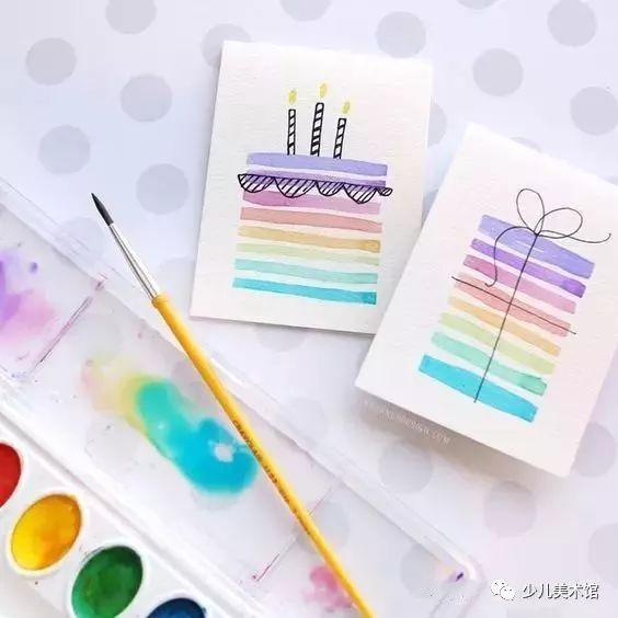 原标题:创意手工贺卡制作教程!速收藏,随时可用哦! 简单的一张卡片,从孩子手上接过的那一刻,总是倍感幸福。小编小时候也做过很多。你想把贺卡送给谁呢? 立体贺卡 【步骤教程】 准备好一张黄色的卡片,如图在中间剪出几条线。把线向内翻折后,贴上做好的气球束和祝福语。最后,再合上试试吧~