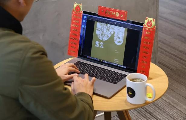 互联网从业者春节神器?腾讯发布全球首款显示器对联