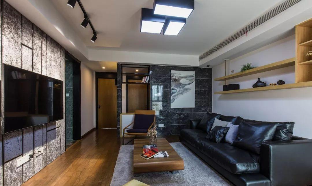 客厅地面通铺木质地板,极简吊顶,硬包电视墙搭配瓷砖面背景