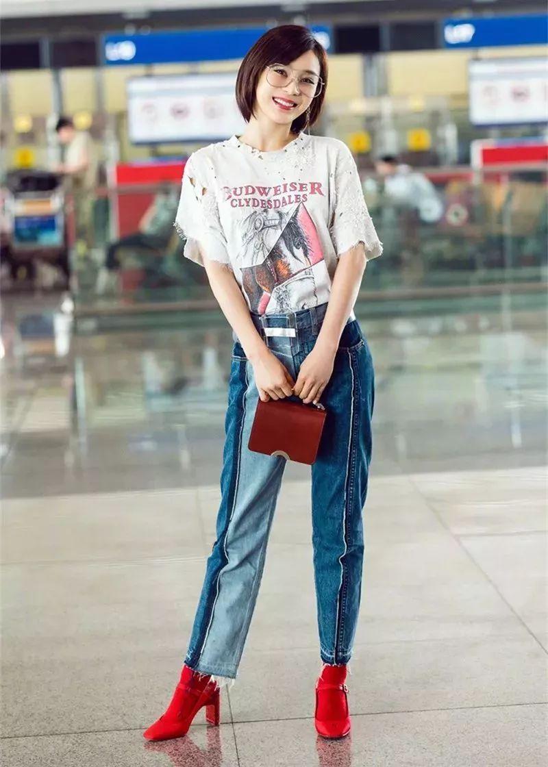 京机场。吉娜穿紧身t恤牛仔裤