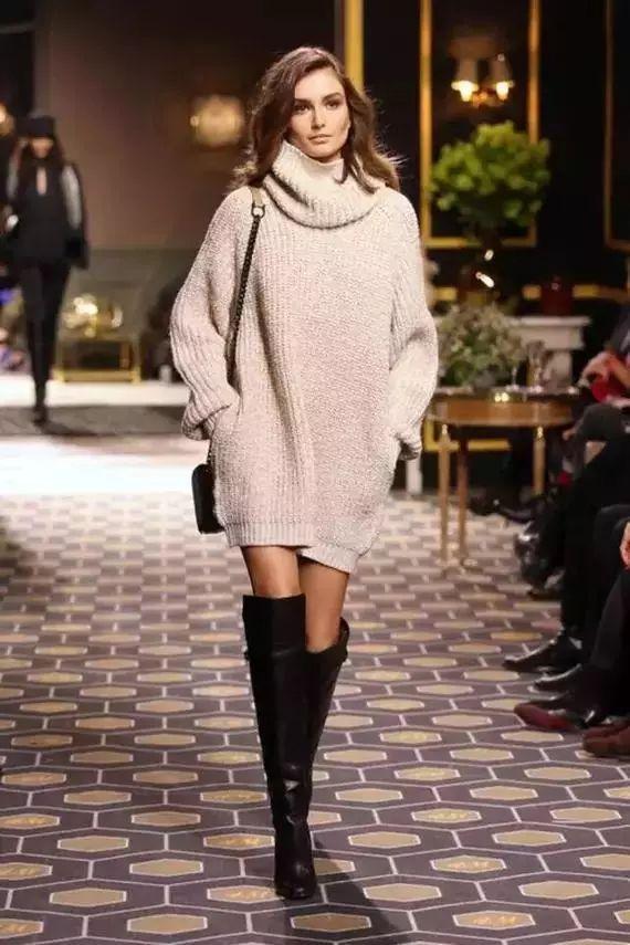 配牛仔裤   配毛衣   今年最in的oversize毛衣搭配过膝靴是时尚圈最风靡的搭配,不仅图片