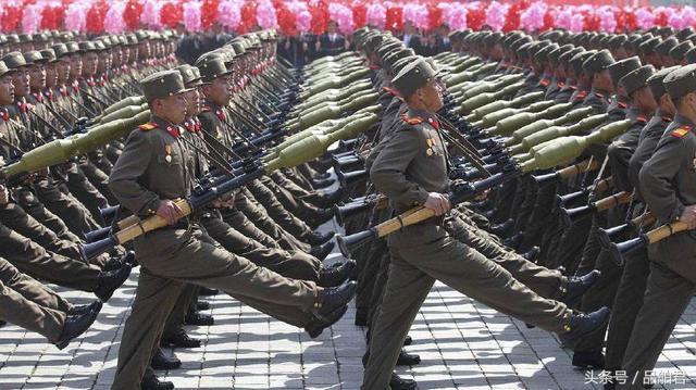 """朝鲜鹅式步伐视频_朝鲜阅兵的""""鹅步弹簧腿"""",是怎样防止鞋子踢出去的?"""
