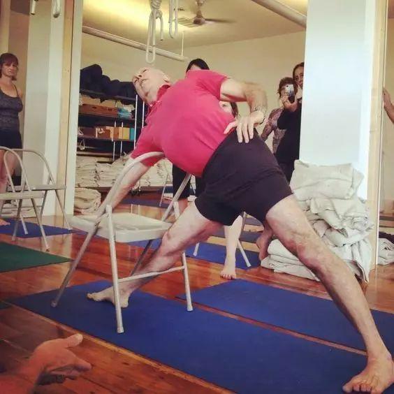 瑜伽三角式身体不在一个平面,怎么办?