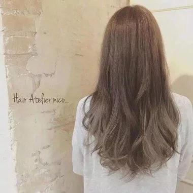 女生微卷中长发浅发色造型设计
