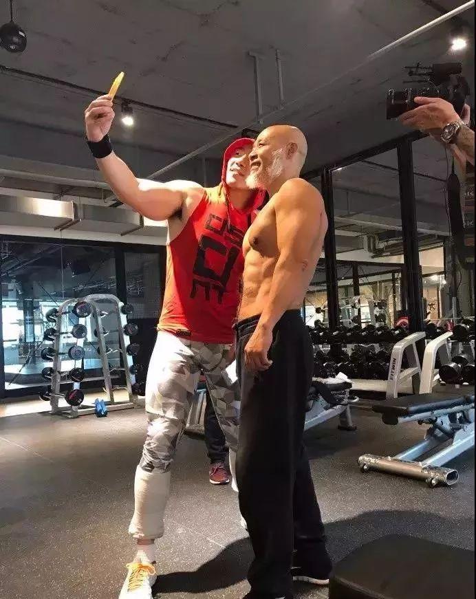 """【健身达人】63岁老年版""""彭于晏""""刷爆朋友圈,逆天肌肉"""