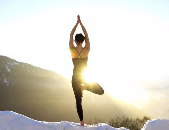 冬天雪地里瑜伽照不是為了耍帥,是真的很帥啊!圖片