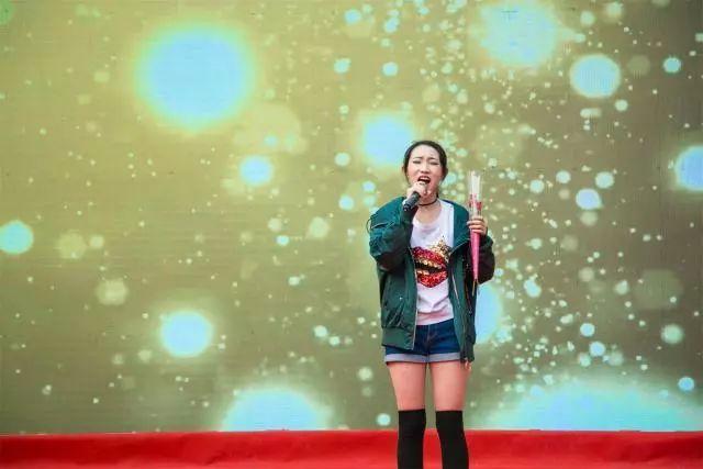 女士裤子新欹d�9/)�(�_邝思颖,王歆欹演唱《你不知道的事》