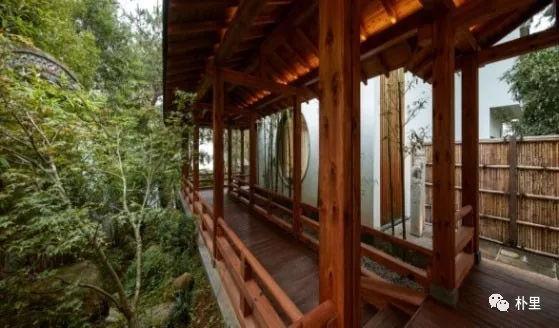 """屋旁架设连廊,走在上面既可观瀑,赏竹,又营造出""""庭院深深,深几许""""的图片"""