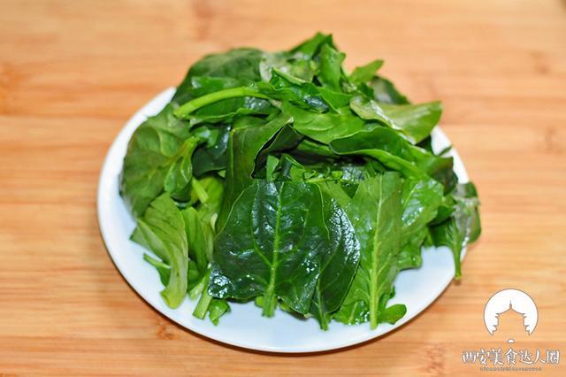 1,菠菜洗净切段备用