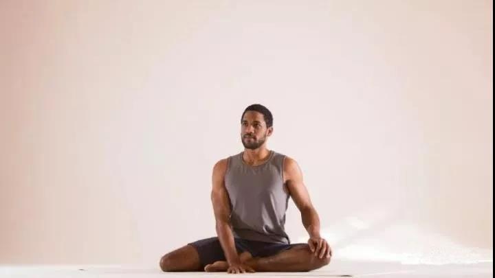 瑜伽「半鸽子式」怎样练习才不别扭图片
