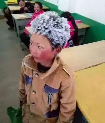 白的小男孩叫王福满,8岁,是云南鲁甸县新街镇转山包小学三年级的学生.图片