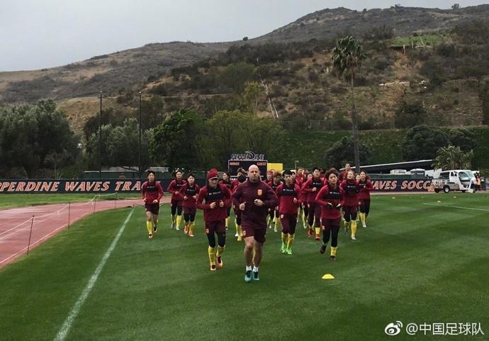 曾道人玄机新征程!中国女足赴洛杉矶开启海外拉练之旅