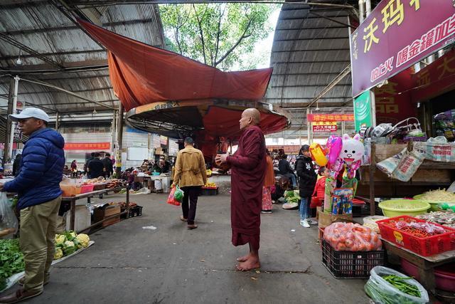 瑞丽市场里的化缘和尚,赤脚站在冰冷地上,心疼他们……