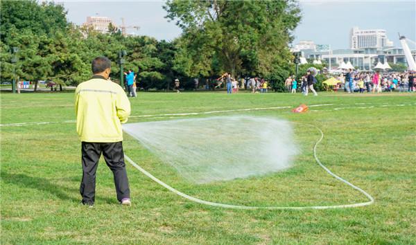 天然草坪人工浇水