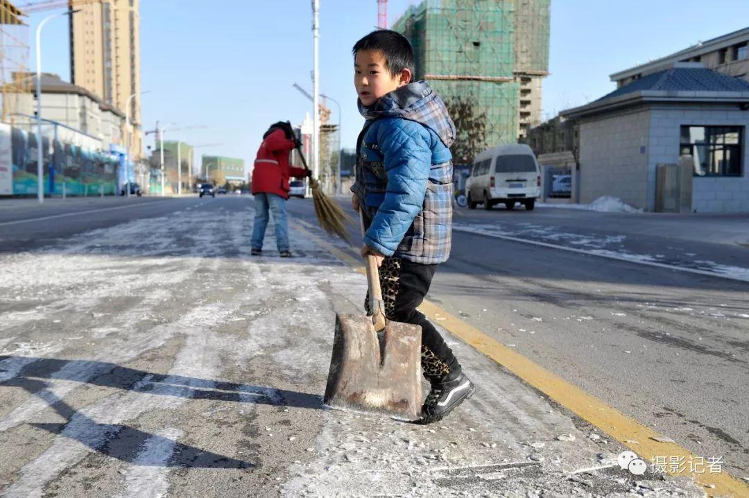 """7岁男生帮妈妈铲雪 网友:这是花多少钱培训不来的""""才""""! - 点击图片进入下一页"""