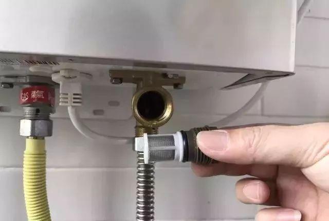 8,关闭燃气热水器出水阀门; 9,排完水后将进水滤网和放水螺栓重新图片