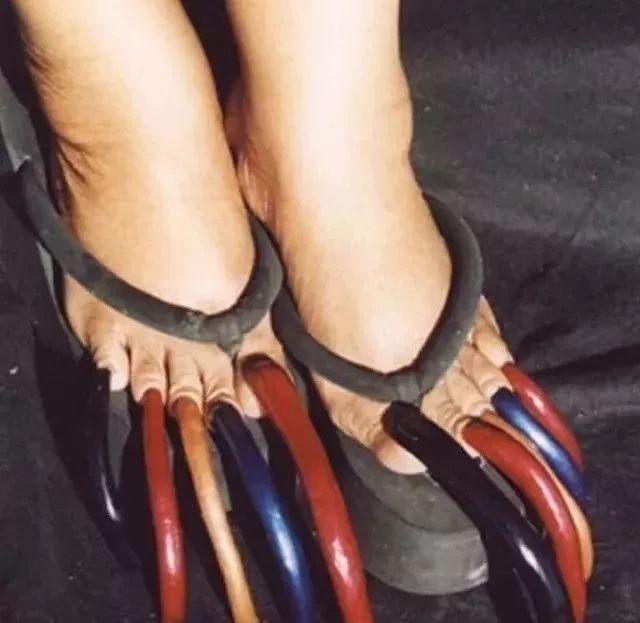 世界上最矮的人,和证书一般高   世界上脚趾甲最长的人,这怎么穿鞋?
