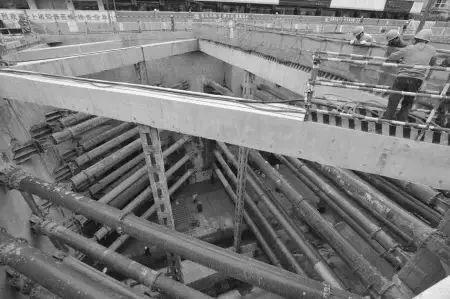 1.合理选择支护施工方法   重力式挡土墙支护结构、混合式支护结构和悬臂式支护结构是深基坑支护的三种主要方式,悬臂式支护结构潜入基坑底部的岩体或土体,借助于岩土体的支撑作用保证结构的稳定,适用于基坑开挖深度较小、土质条件较好的情况下,而重力式挡土墙则依靠自图片