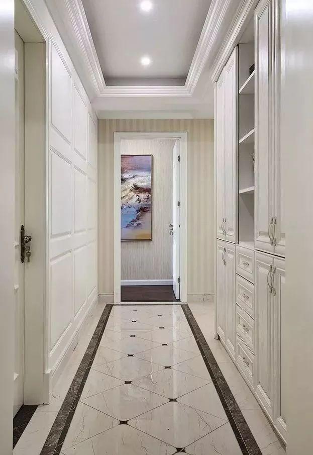 玄关到客厅的走廊设计,灰色底+白色砖,突出颜色搭配的美感.图片