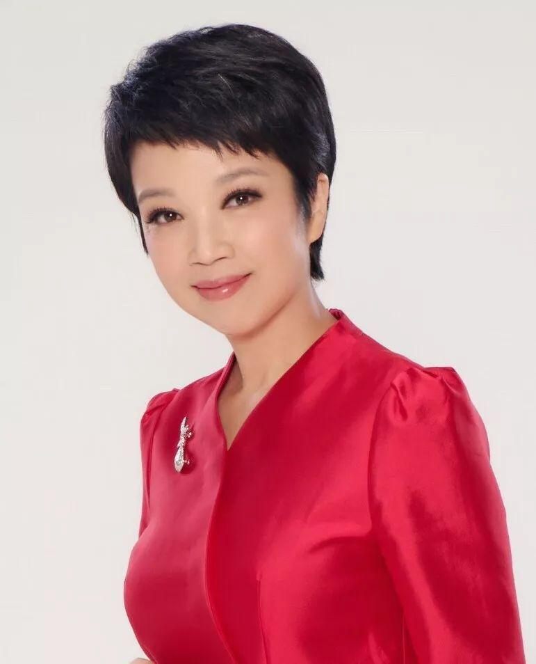 黄薇不仅是主持人,还是中国惟一一位饰演邓颖超的特型演员,她在20年的