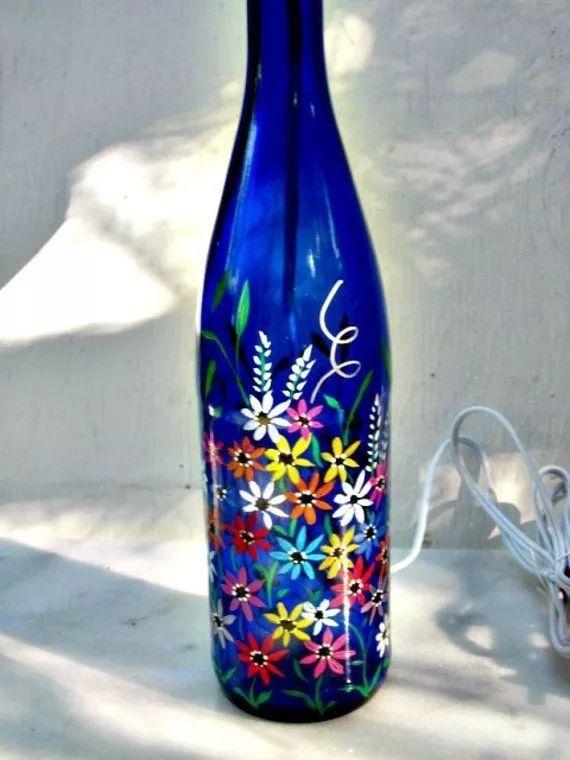 利用酒瓶做彩色手绘 技法也相当多 手喷漆,彩色手绘,白描等等 一般