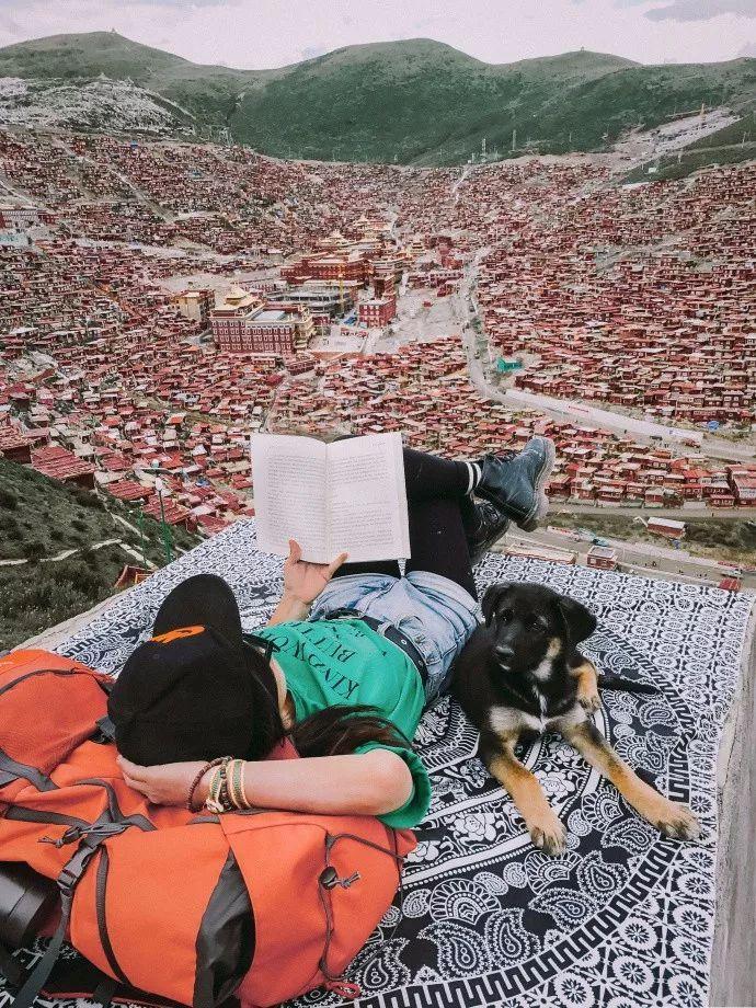 爆改房车,两人一狗,这对情侣用七个月环游了大半个中国。
