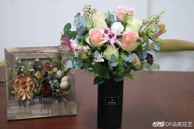 day4、韩式手捧花、襟花、韩式心形花束设计   day5、mini花束包装设计、鲜花抱抱桶、熊抱花束设计   day6、鲜花花环设计(可变形为婚车花及悬挂花艺)、开业花篮   花束是所有花礼中最重要的,花束的形态、空间、花束的成型也是很多学生觉得最难的
