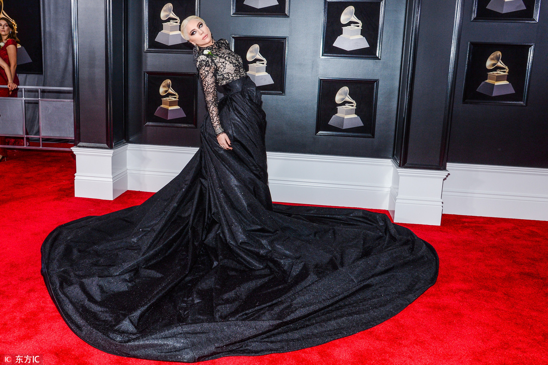 格莱美红毯星光闪耀 Gaga大裙摆抢镜易烊千玺清秀帅气
