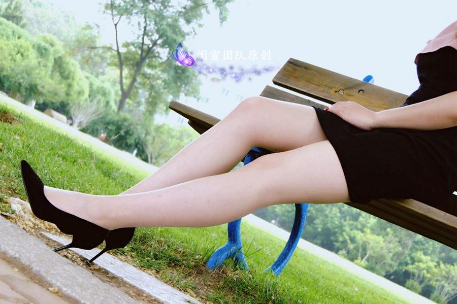原创腿模摄影 夏日户外长椅外拍图片