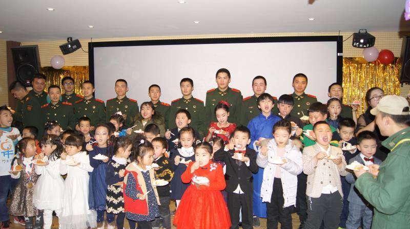 意不尽网:果果艺术中心与凤六消防中队共迎新年