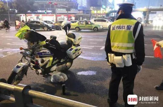 善良的警察与可爱的小流浪狗,祝他们都平安幸福!